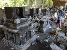 Pembuatan pelinggih di gudang